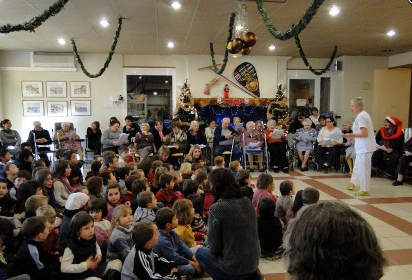 Un joyeux Noël intergénérationnel en maison de retraite! - Source de l'image: http://www.ladepeche.fr